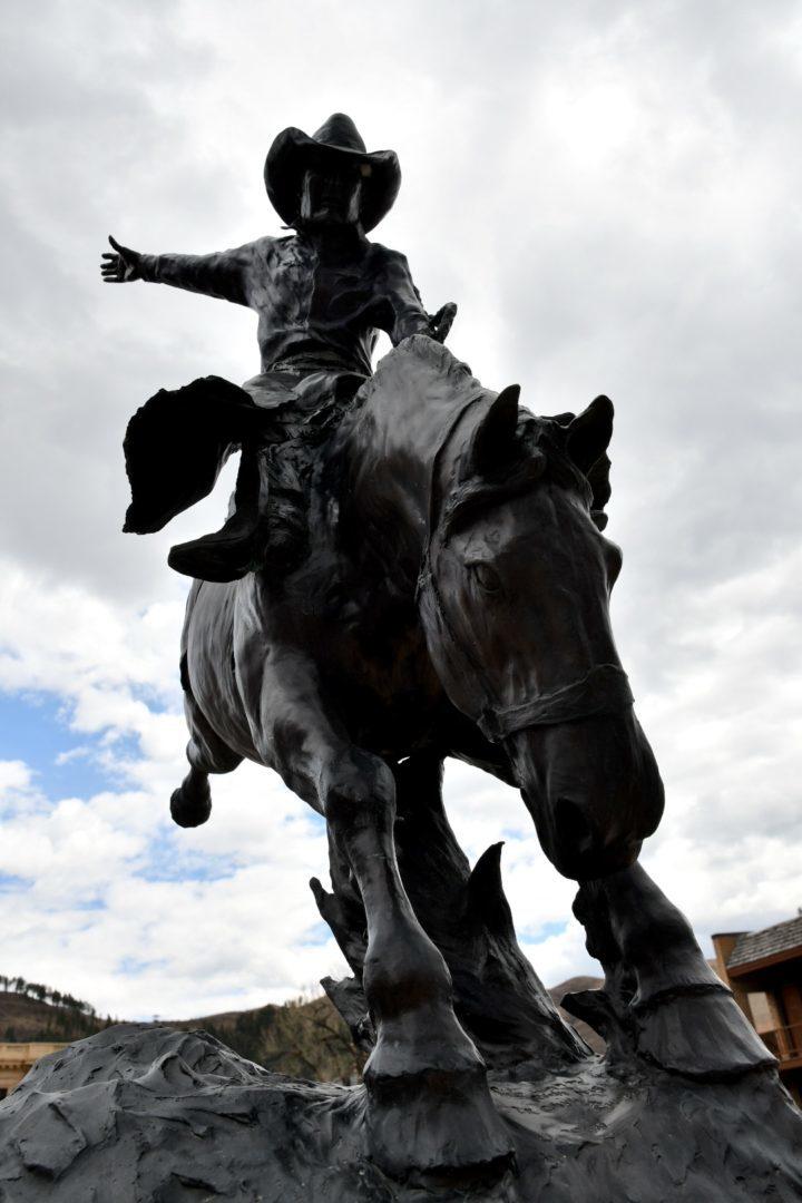 Bronzeskulptur eines Rodeoreiter auf buckelndem Pferd in Deadwood