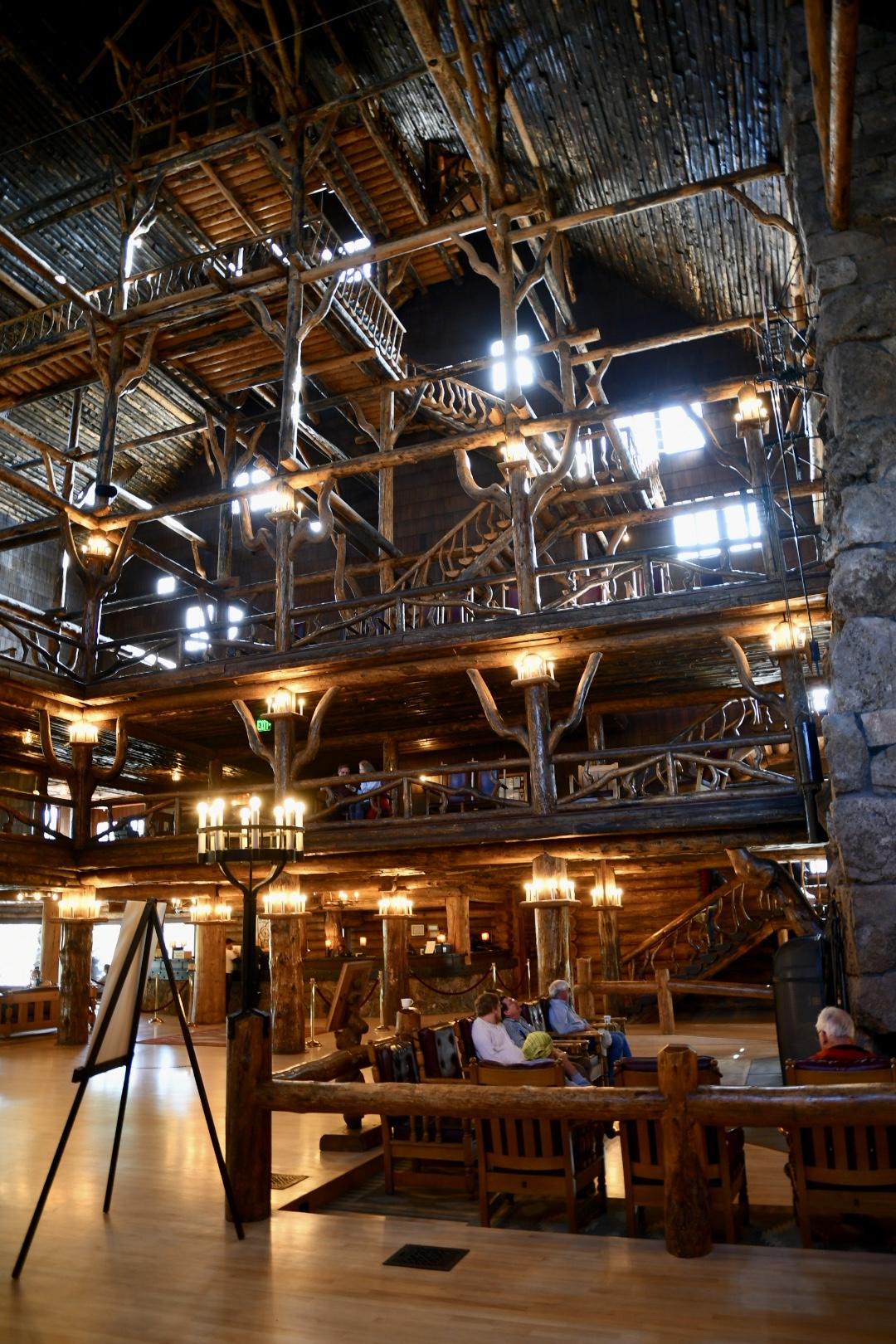 Altes Holzhaus mit mehreren Etagen und Dachkonstruktion komplett aus Holz